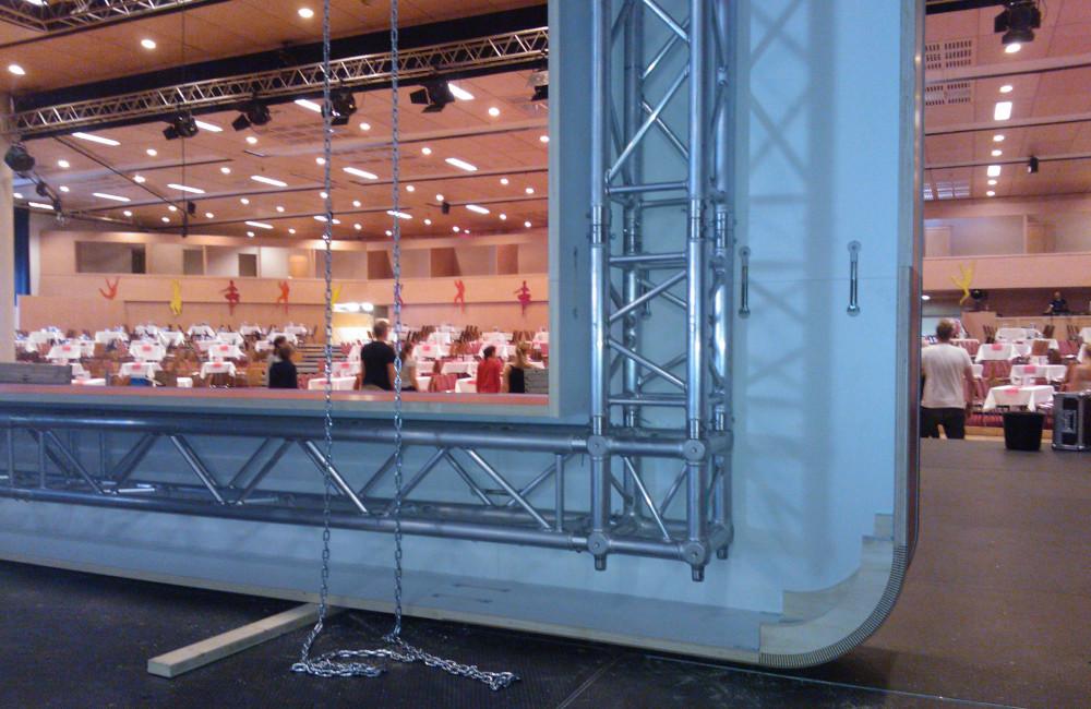 Bühnenkulisse mit tragendem Traversensystem beim Aufbau in der Messe Klagenfurt