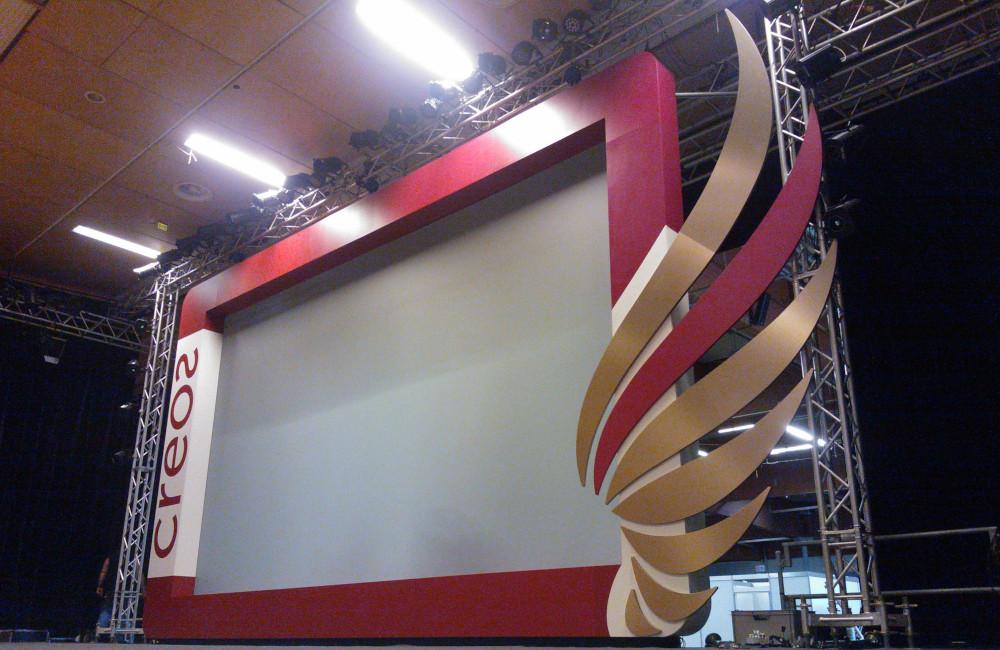Bühnenkulisse mit integrierter 8m breiten Rückprojektionsleinwand in der Messe Klagenfurt