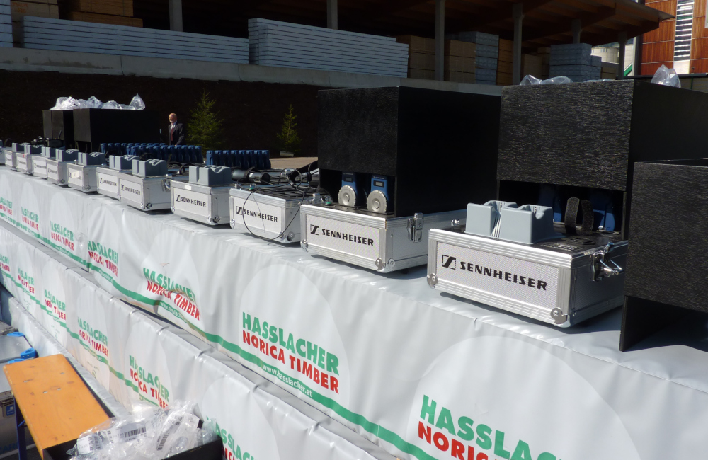 Flüsterkoffer für den mehrsprachigen Dolmetscheinsatz bei Holzbau Hasslacher Norica Timber Sachsenburg