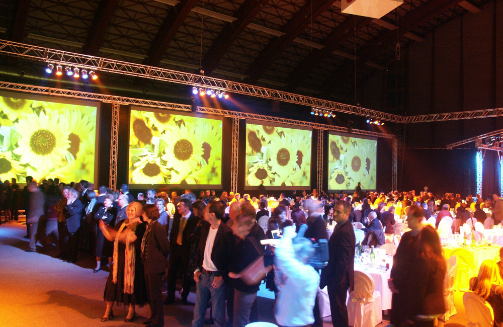Traversenkonstruktion mit 4 Rückprojektionsleinwänden und Beleuchtung in Klagenfurt Messehalle