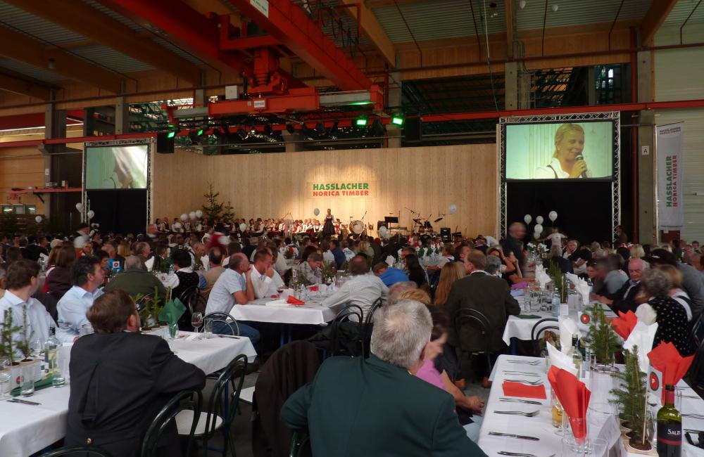 Bühne mit 2 Rückprojektionsleinwänden in Sachsenburg für Hasslacher Norica Timber