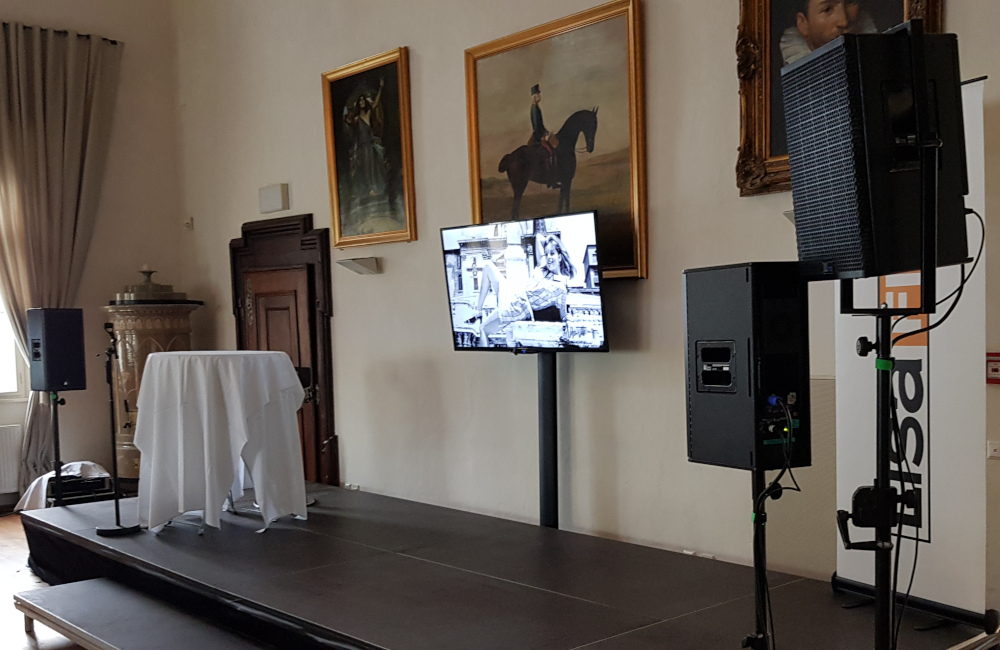 Bühne, Flat-TV auf SMS Stativ, Meyer Sound UPA-1P und UPJ-1P auf K&M Stativen in Klagenfurt Schloss Maria Loretto