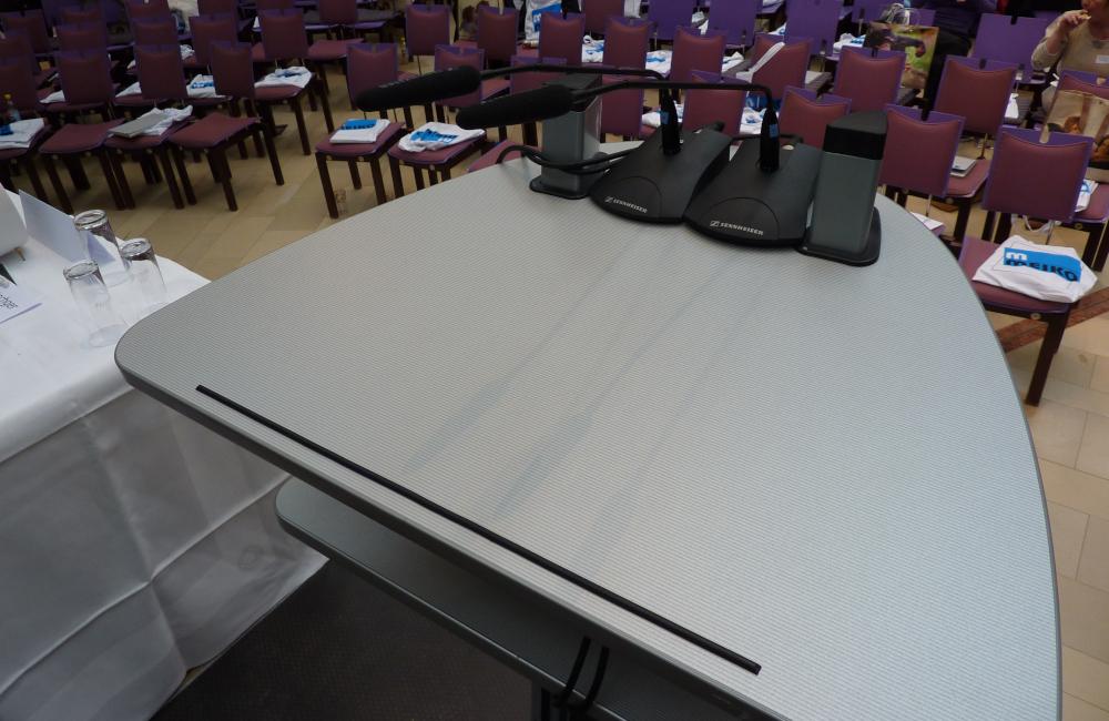 Rednerpult und 2 Sennheiser Schwanenhals Mikrofon im Krankenhaus Friesach für Kärntner Hygienetag