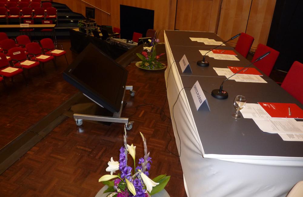 Podium, Vorschaumonitor und Sennheiser Schwanenhals Mikrofone im Congress-Center Villach