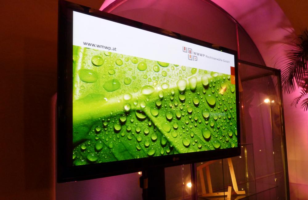 Flat-TV auf SMS Stativ mit Hintergrund Beleuchtung in Klagenfurt Salzamt