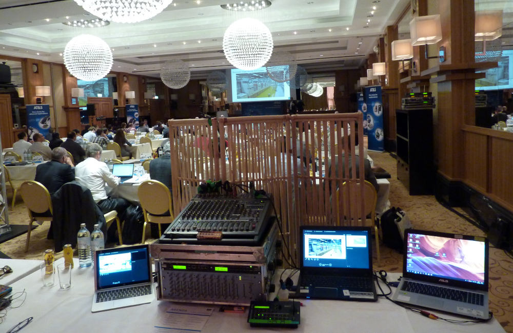 FoH (Front of House) Tontechnik, Videotechnik mit Zuspielern und Ausblick auf Bühne mit Leinwand im Schlosshotel Velden