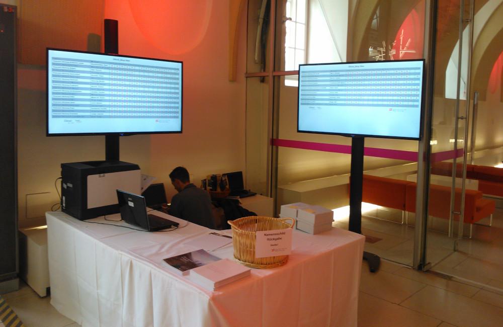2 Flat-TV auf SMS Stativen im Museumsquartier Wien
