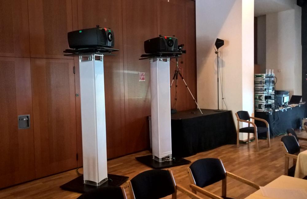 BARCO Beamer auf Traversen Stativen, SONY Videokamera, Sennheiser Richtantenne im CCW Congress Center Wörthersee Pörtschach