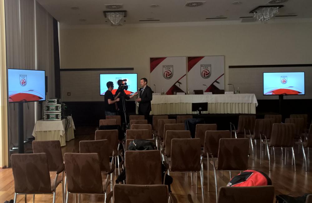 Bundesliga Pressekonferenz mit Bühne, Podium, Tischmikrofonen, Flat-TVs auf SMS Stativen in Klagenfurt Hotel Sandwirth