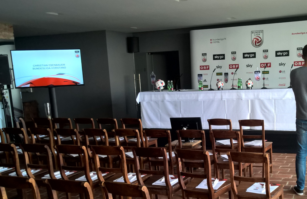 Bundesliga Pressekonferenz Bühne, Podium, Tischmikrofone, Flat-TVs, Meyer Sound PA in Wien im Weingut am Reisenberg