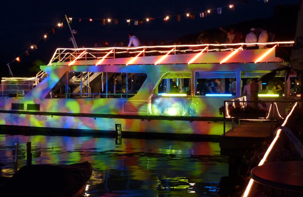 Beleuchtetes Schiff Gobo Projektion Lichterketten und Leuchtstäbe Kärntner Sparkasse Seespitz Krumpendorf am Wörthersee