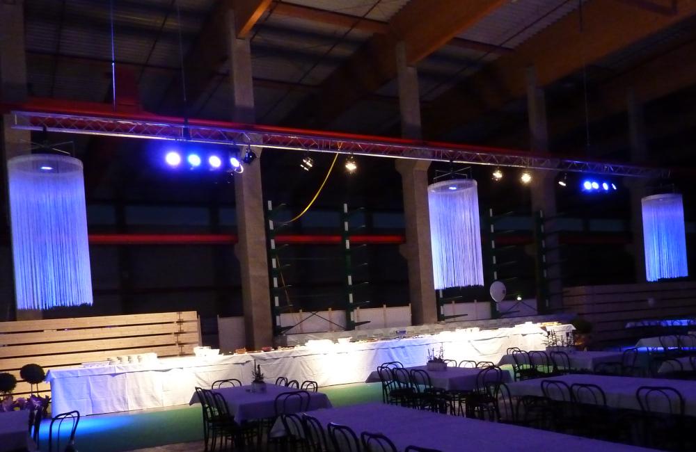 Traversenkonstruktion mit Beleuchtung und Fadenluster für Holzbau Hasslacher Norica Timber in Sachsenburg