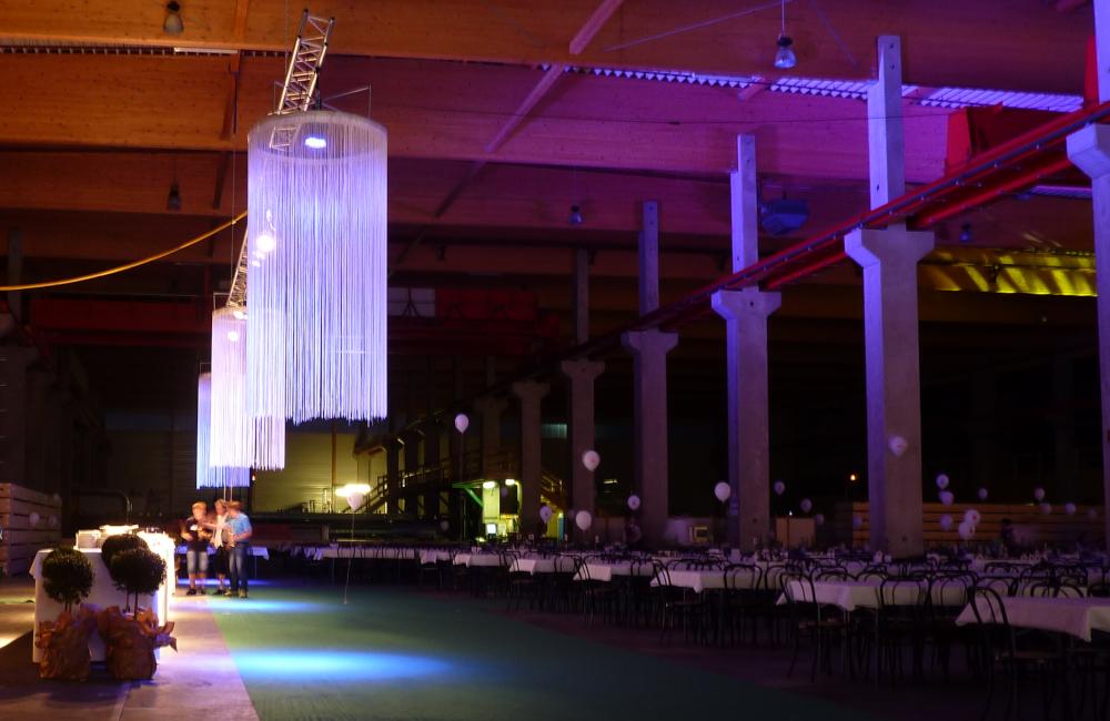 Ambientebeleuchtung mit Traversensystem, LED Scheinwerfern und Fadenlustern für Holzbau Hasslacher Norica Timber Sachsenburg