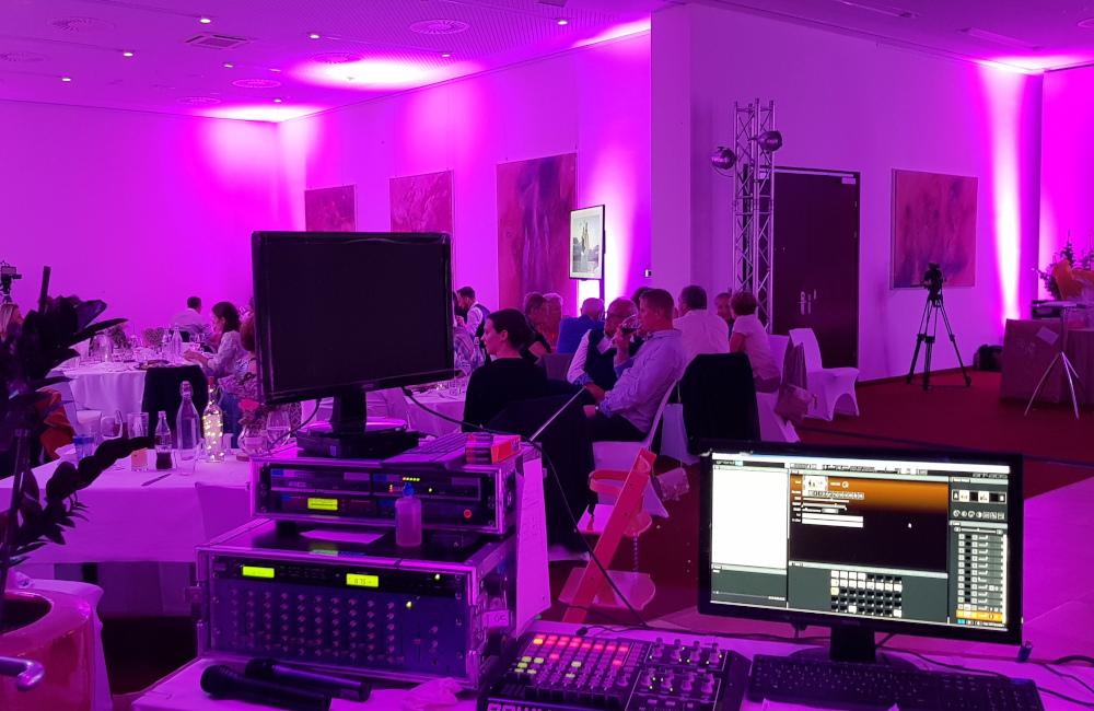 Ambientebeleuchtung, Meyer Sound Tontechnik, Videozuspielung und Bühnenbeleuchtung Hochzeitsfeier Seepark Hotel Klagenfurt