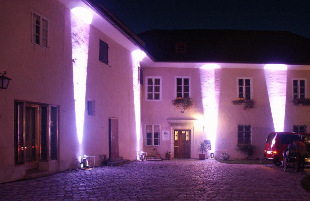 Lichtinstallation für Klassikkonzert in Maria Saal für den Aussenbereich des Kirchenareals