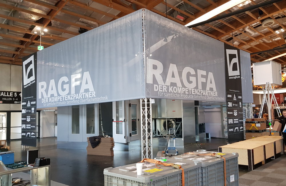 RAGFA Messestand, Traversensystem, Stromverkabelung, Beleuchtung und Banner in Salzburg auf der Messe AutoZum