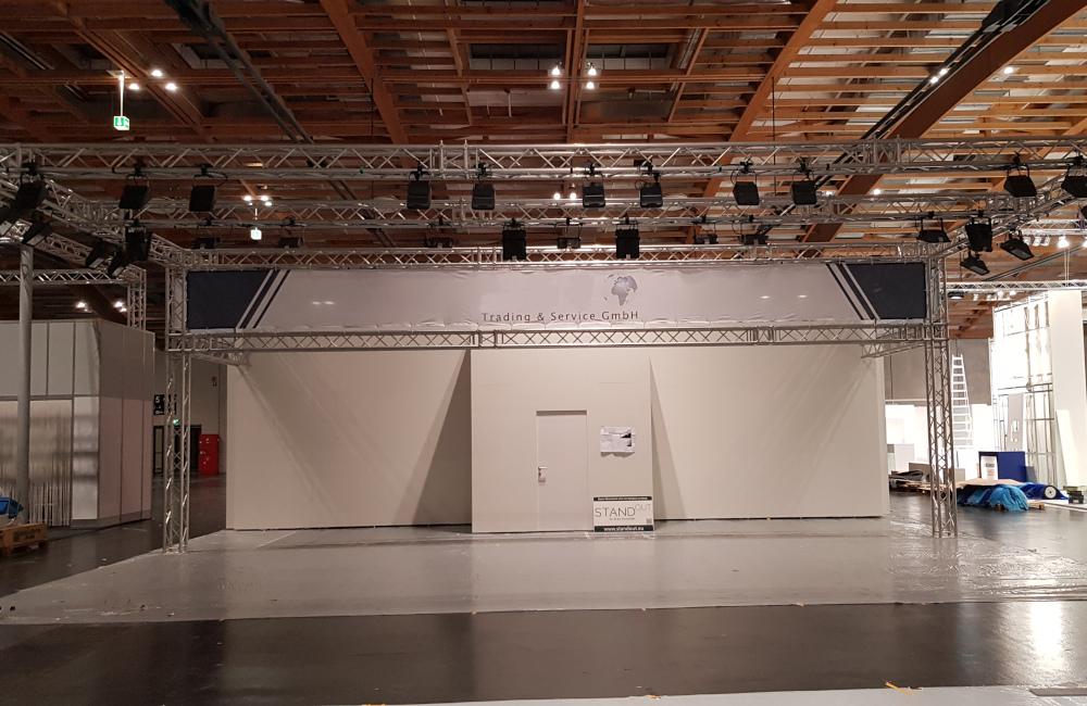 Frontansicht JAN Trading Messestand Traversen mit Beleuchtung, Stromverkabelung und Banner in Salzburg auf der Messe AutoZum