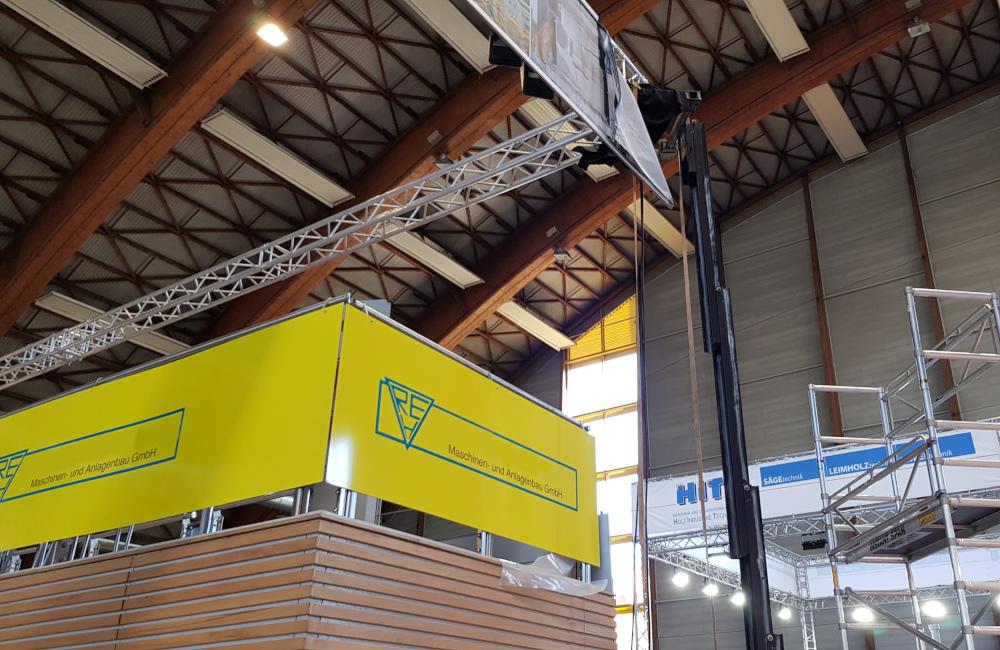 Rudnick & Enners Messestand auf der Holzmesse Klagenfurt, HQI Beleuchtung und Banner