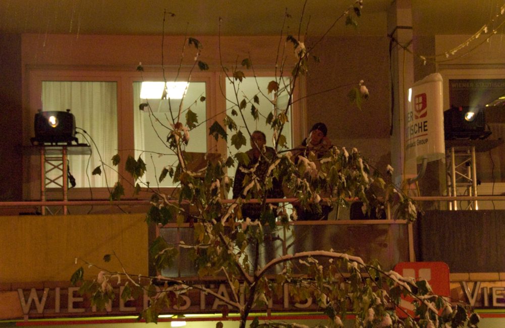 2 BARCO Beamer am Balkon für gegenüberliegende Fassadenprojektion Parkhotel in Villach