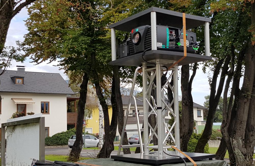 BARCO Beamer und Medienserver auf Traversen Stativ Villach