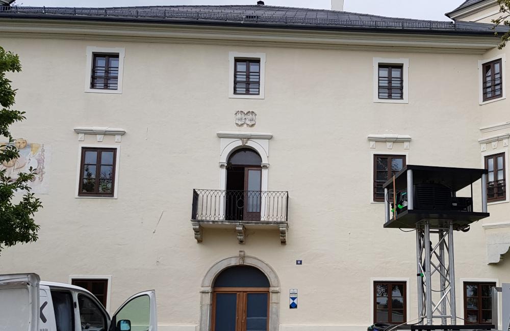 BARCO Beamer und Fassade Dinzschloss Villach