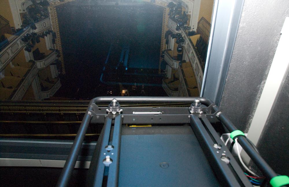 BARCO Beamer im abgeschirmten Technikraum für die Aufführung Krönung der Poppea im Stadttheater Klagenfurt