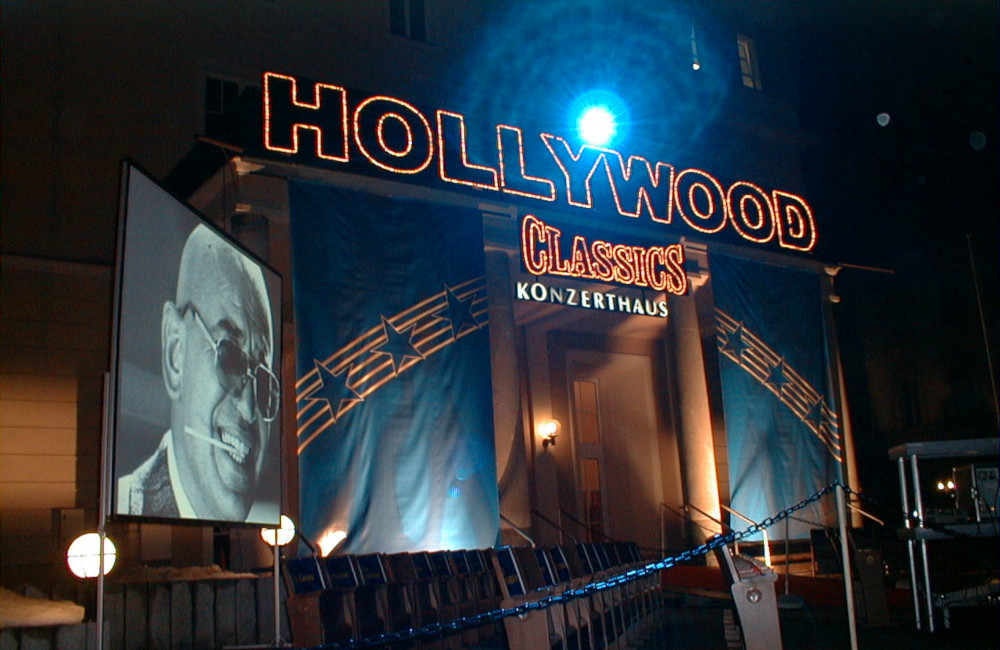 Hollywood Classics beleuchteter Schriftzug und Videoprojektion Konzerthaus Klagenfurt