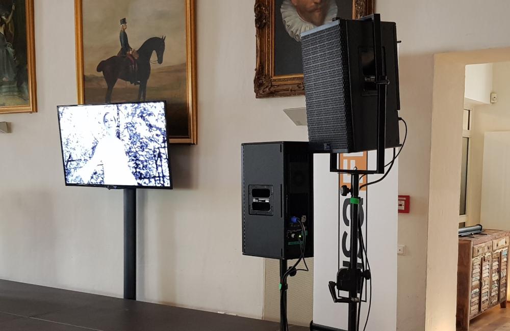Meyer Sound Lautsprecher UPA-1P und UPJ-1P auf Stativen und Flat-TV auf SMS Stativ Schloss Loretto Klagenfurt Lisa Film