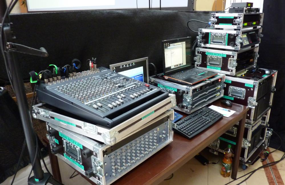 FoH Technik Platz mit Yamaha Tonmischpult, BSS EQ, Funkmikrofon und Medienserver im Krankenhaus Friesach