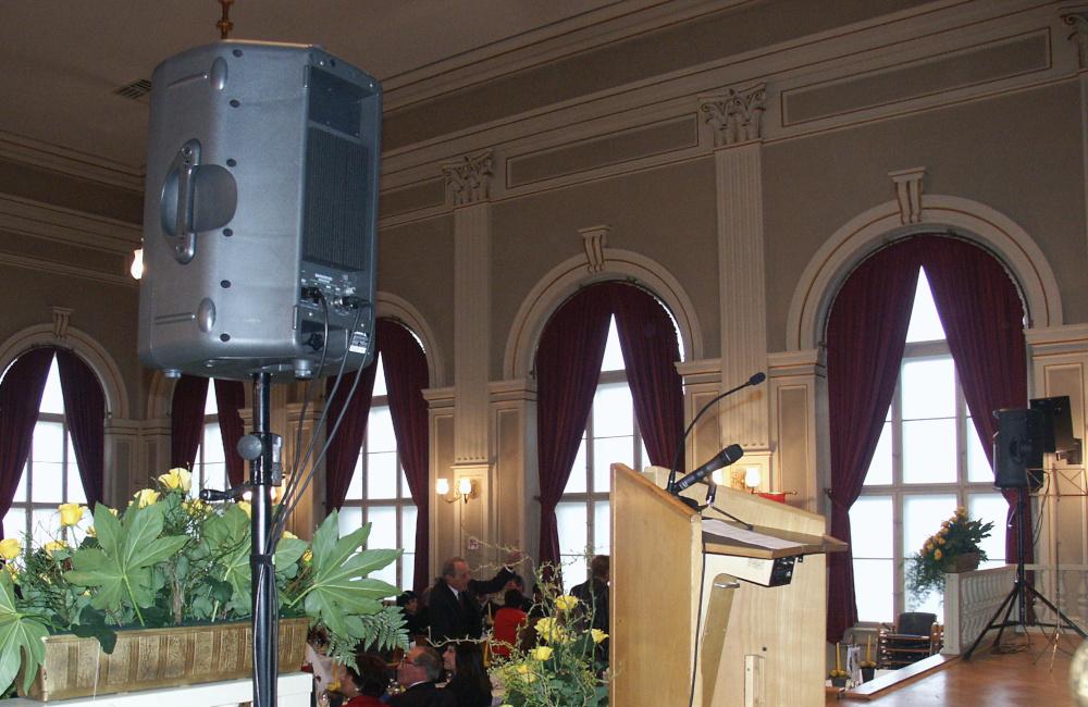 Konferenzbühne mit Lautsprechern auf Stativen und Rednerpult mit Mikrofonen für den Rotary Club in Wolfsberg