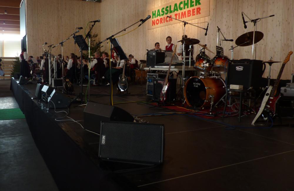 NEXO Monitorlautsprecher und Mikrofonierung auf Bühne für Firmenfeier Holzbau Hasslacher Norica Tiber Sachsenburg