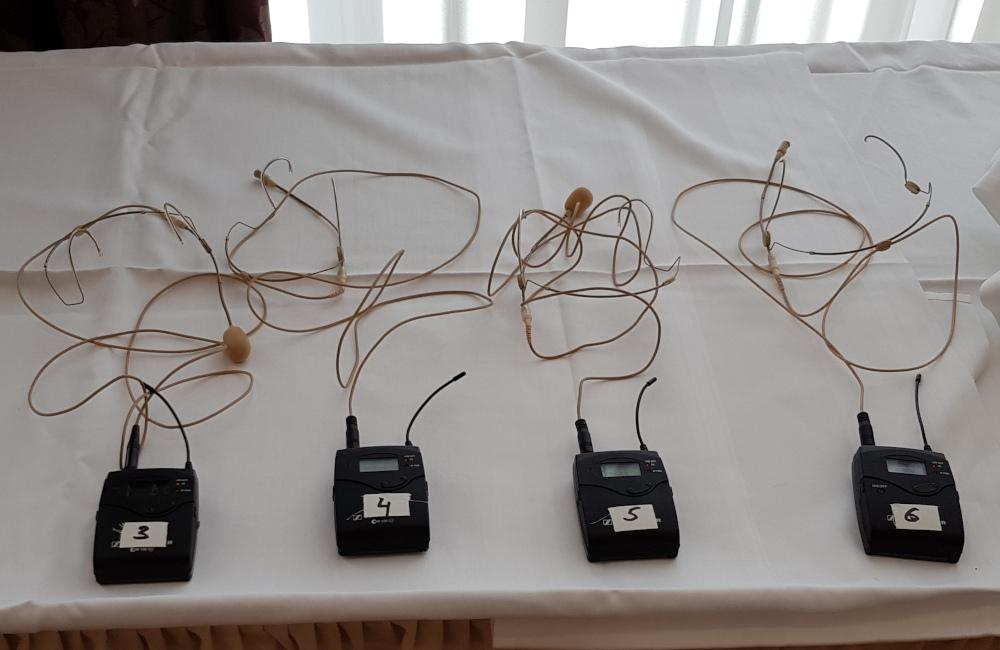 Sennheiser Funkmirofon Sender mit Headset HSP4 im Seminarhotel Sandwirth Klagenfurt