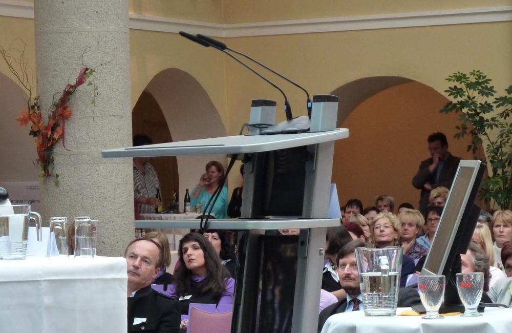 Rednerpult mit 2 Sennheiser Schwanenhals Tischmikrofonen beim Hygienesymbosium im Krankenhaus Friesach