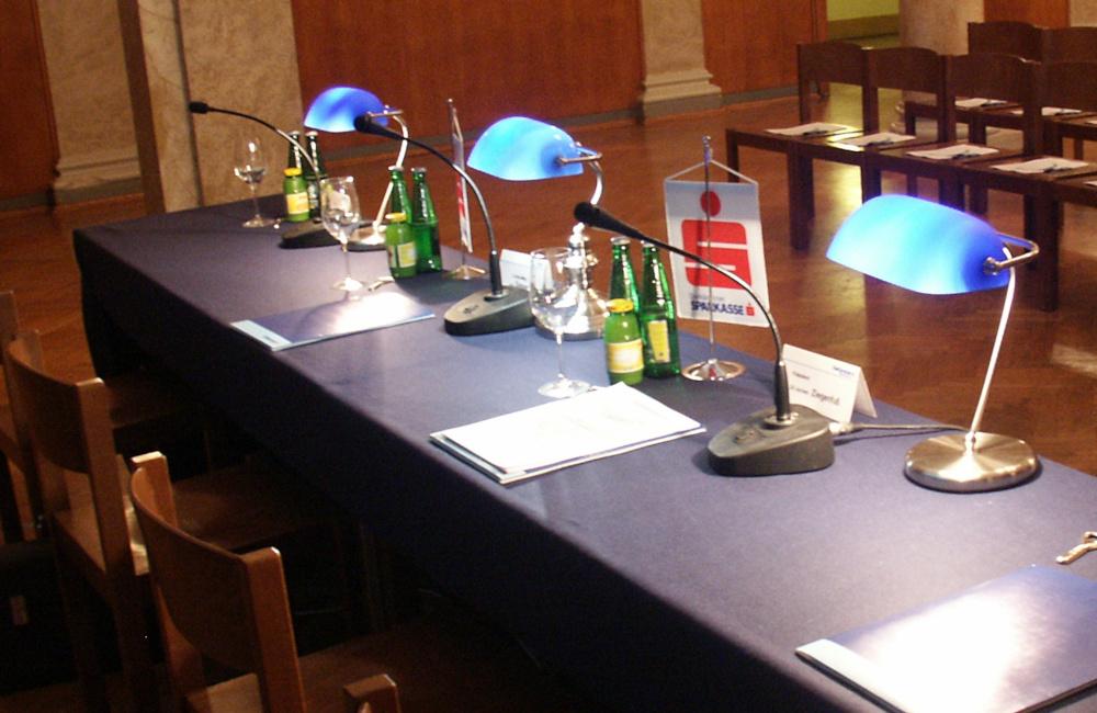 Schwanenhals Tischmikrofone auf Podium für die Kärntner Sparkasse im Konzerthaus Klagenfurt