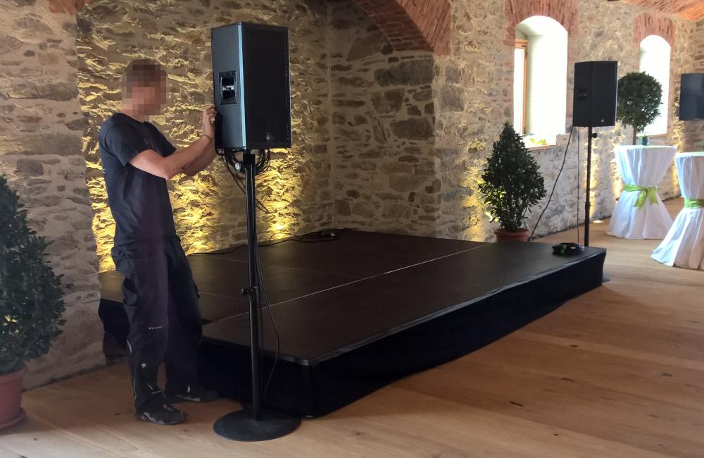 Bühne mit Abdeckung schwarz, 2 Meyer Sound UPJ-1P auf K&M Rundteller Stativen im Weingut Taggenbrunn bei St. Veit in Kärnten