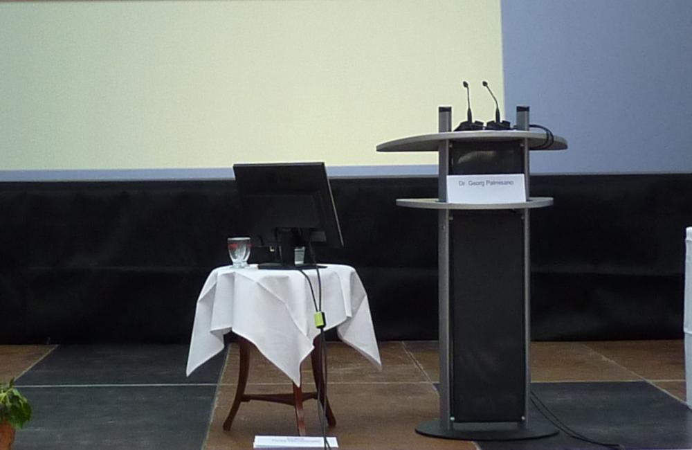Rednerpult und Vorschaumonitor beim Hygienesymbosium im Krankenhaus Friesach Kärnten