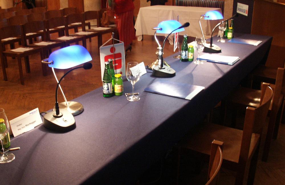 Podium mit Schwanenhals Tisch Mikrofonen für die Kärntner Sparkasse im Konzerthaus Klagenfurt