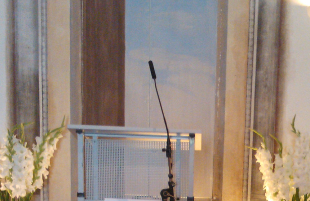 Rednerpult mit Sennheiser Schwanenhals Mikrofon auf Stativ bei den Carinthischen Dialogen in St. Urban