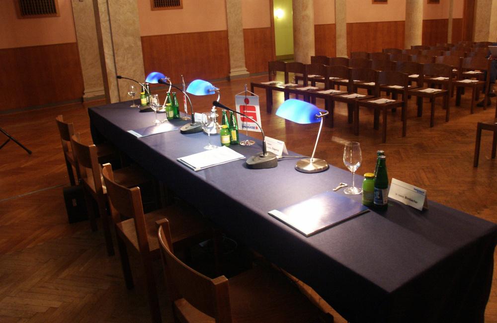 Tischpodium mit Schwanenhals Tischmikrofonen Kärntner Sparkasse im Konzerthaus Klagenfurt