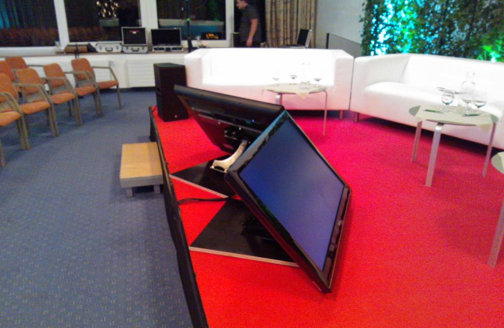 Bühne mit rotem Teppich, 2er Sofas, Vorschaumonitoren für die GKK im Warmbad Villach