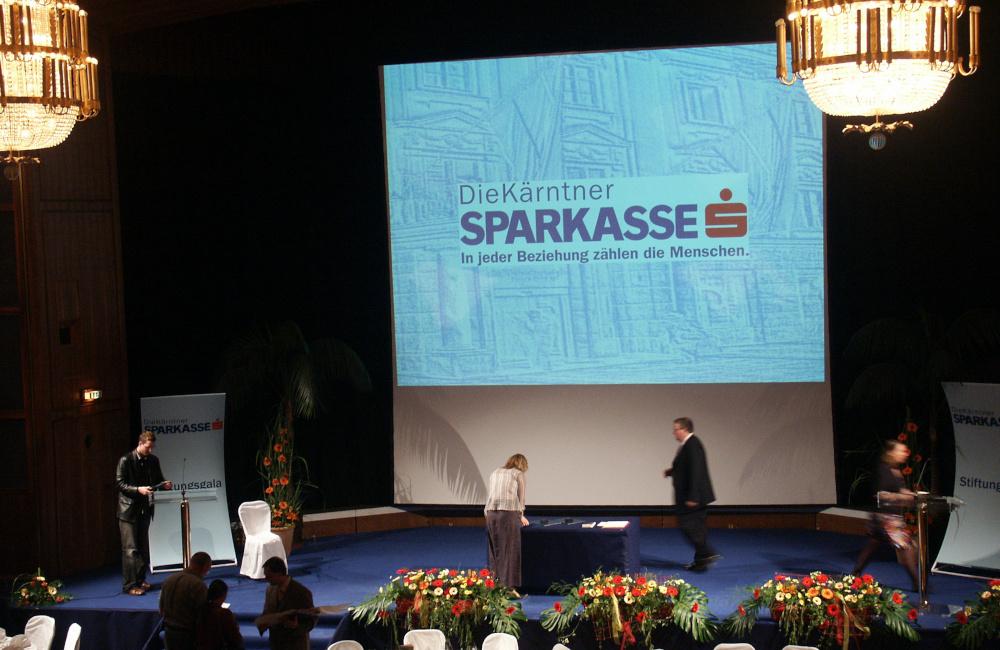 Bühne, Videoprojektion und Rednerpulte im Konzerthaus Klagenfurt für die Kärntner Sparkasse