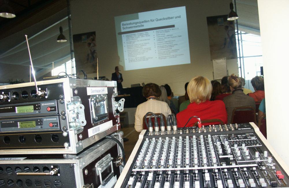 Technikplatz FoH mit Yamaha Ton Mischpult, Funkmikrofon Empfänger und Ausblick aus Videoprojektion für Lifeligt Salzburg
