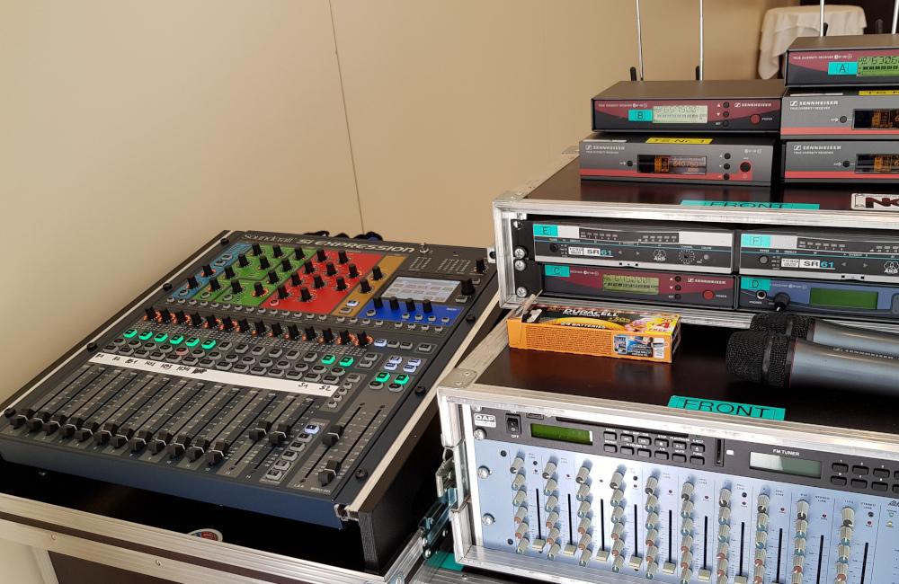 Tontechnikplatz FoH mit Soundcraft Ton Mischpult und Funkmikrofon Empfängern im Hotel Sandwirth