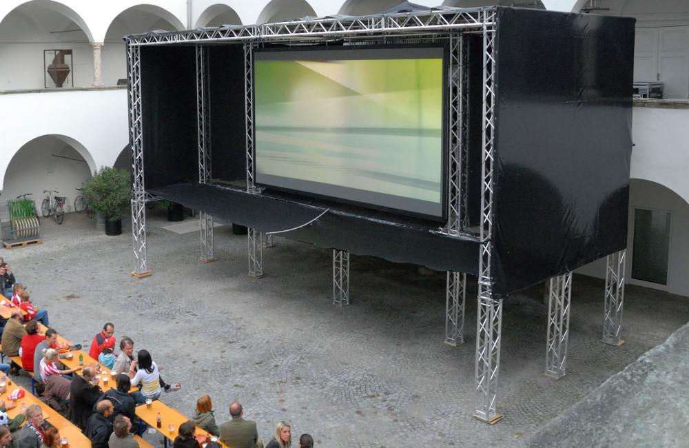 Traversenkonstruktion mit Planen und Videowall für EURO 2008 Public Viewing im Burghof Klagenfurt MMKK