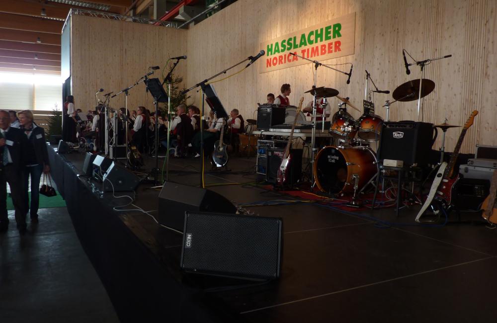 Bühne mit NEXO Monitoren und Mikrofonierung für Firmenfeier Holzbau Hasslacher Norica Timber Sachsenburg