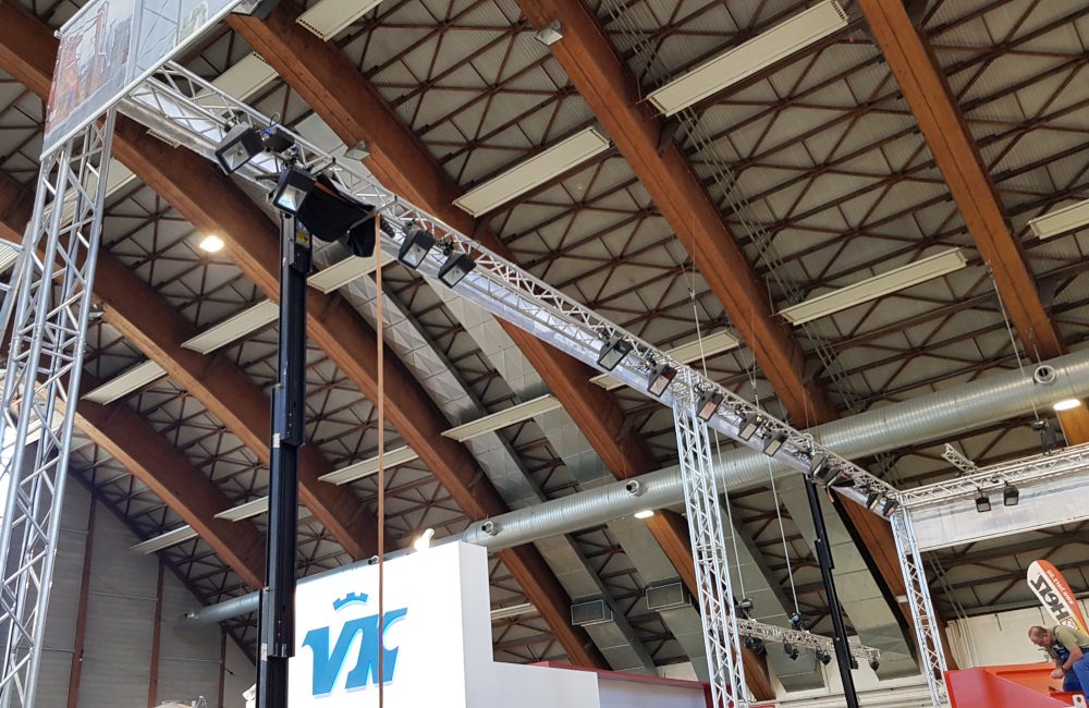 Messestand mit Traversensystem Banner Montage und HQI Beleuchtung für Rudnick und Enners Holzbau Messe Klagenfurt
