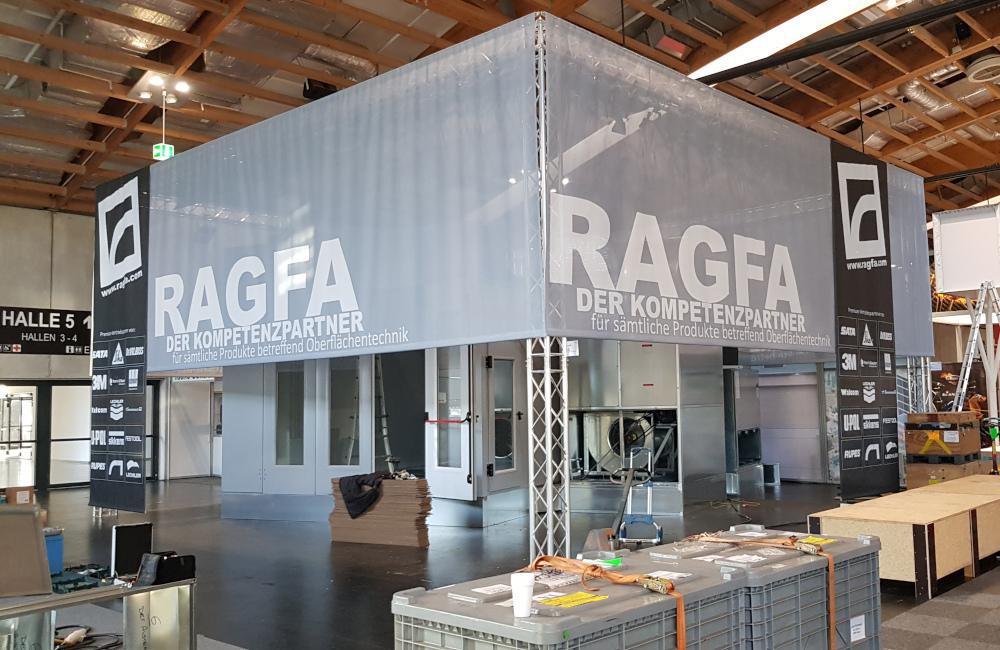 RAGFA Messestand mit Banner und Beleuchtung auf der Messe AutoZum Salzburg