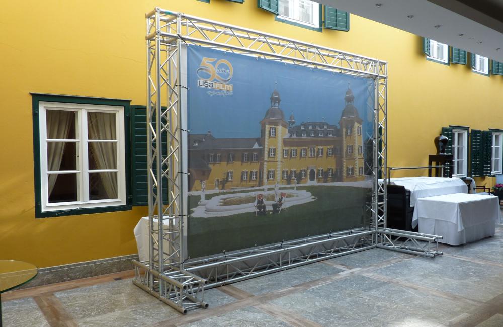freistehendes Traversensystem mit Banner im Falkensteiner Schlosshotel Velden für Lisa Film