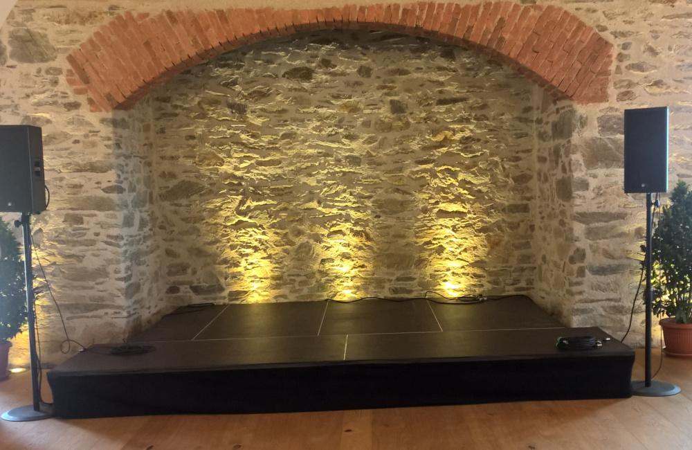 Bühne mit Meyer Sound PA auf K&M Rundteller Stativen für Krankenhaus Barmherzige Brüder im Schloss Taggenbrunn Kärnten