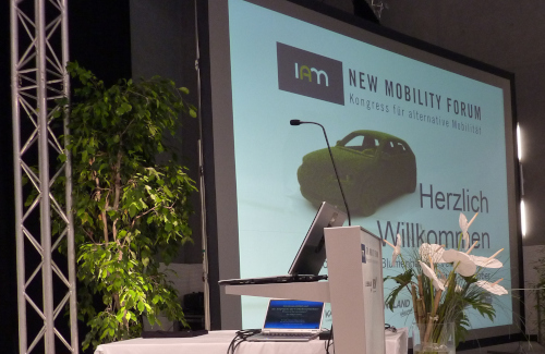 New Mobility Forum im Blumenhotel St. Veit an der Glan Kärnten mit Rednerpult und Rückprojektion